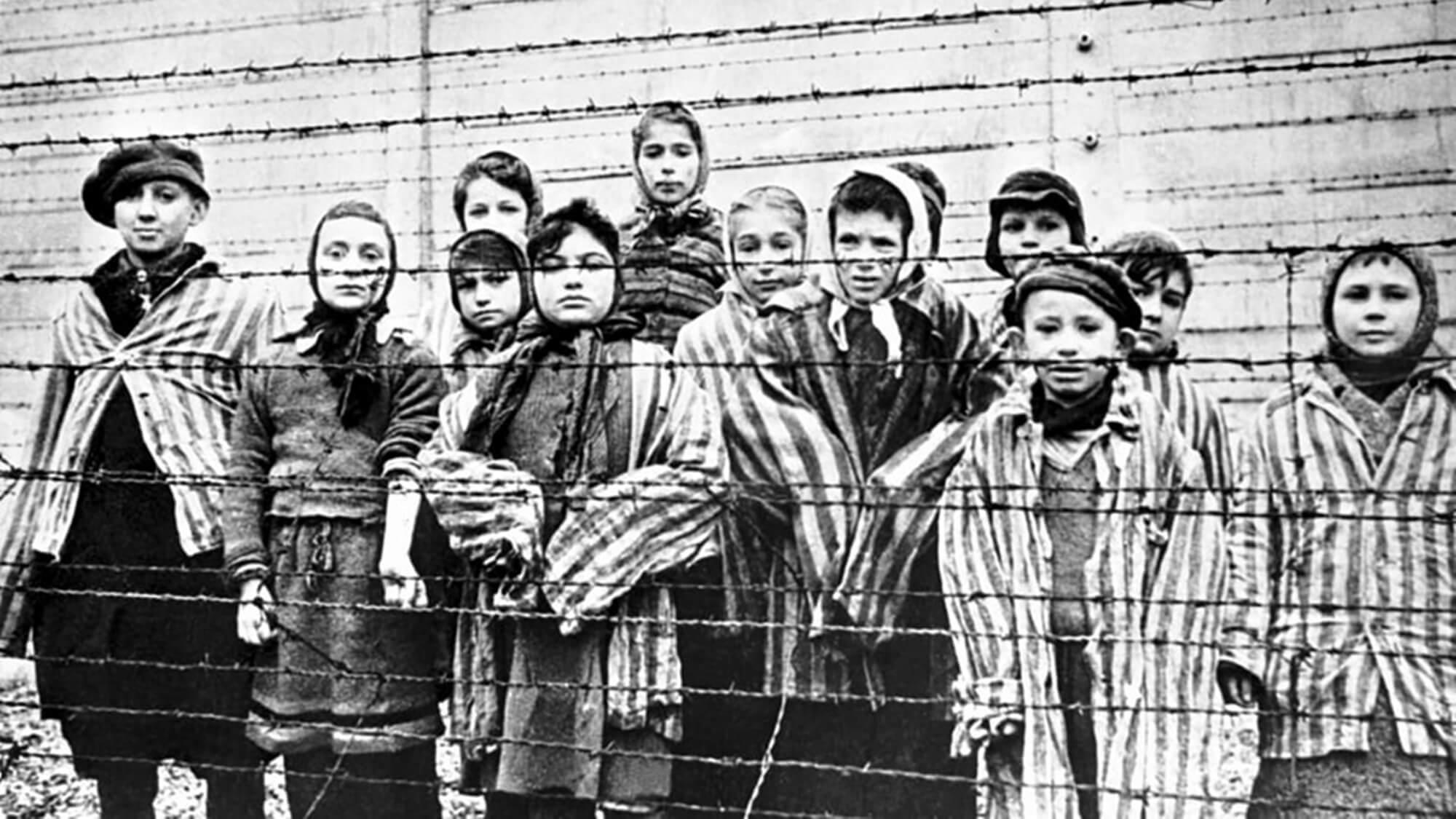 """Femeile naziste, criminale cu sânge rece: """"A ridicat copilul în brațe și l-a lovit cu capul de zidul ghetoului"""""""
